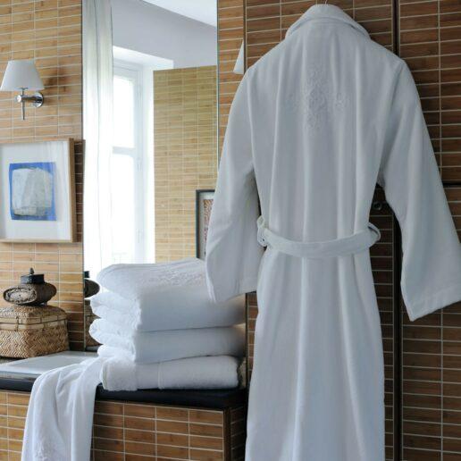 Ensemble de linge de bain comprenant peignoir, serviette, drap douche et drap de bain blancs