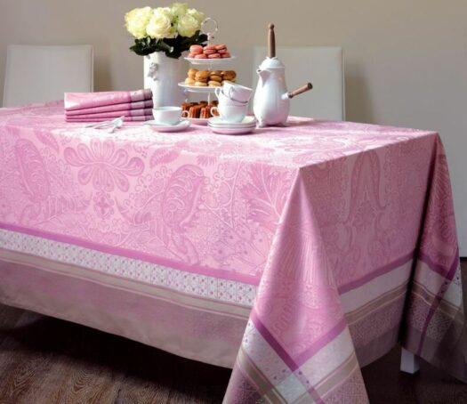 Nappe damassée rose et encadrée en 100% coton